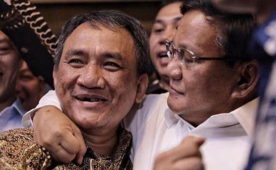 Prabowo saat rangkul Andi Arief.