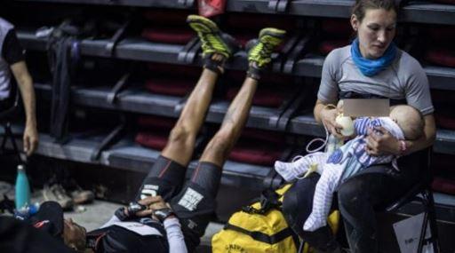 Sophie Power, atlet pelari maraton asal Inggris, mencuri perhatian publik dan menuai pujian dunia internasional karena berlomba sembari tetap menyusui bayinya. [Twitter/Runners World UK]
