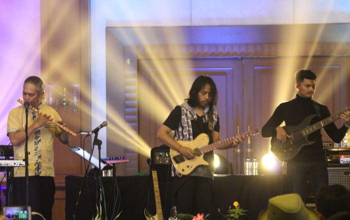Dewa Bujana saat tampil di panggung.