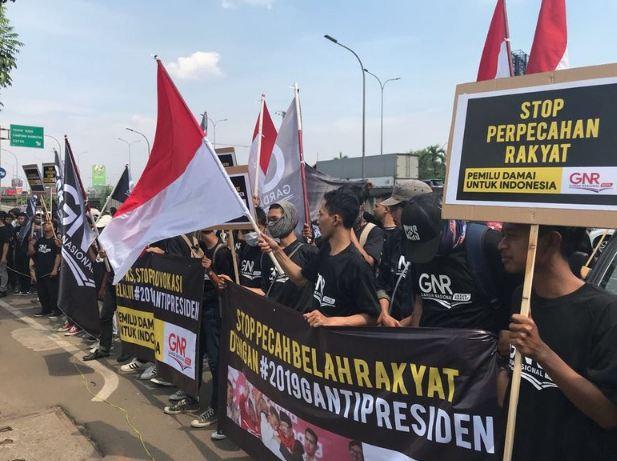 Relawan GNR yang demo di depan kantor PKS.