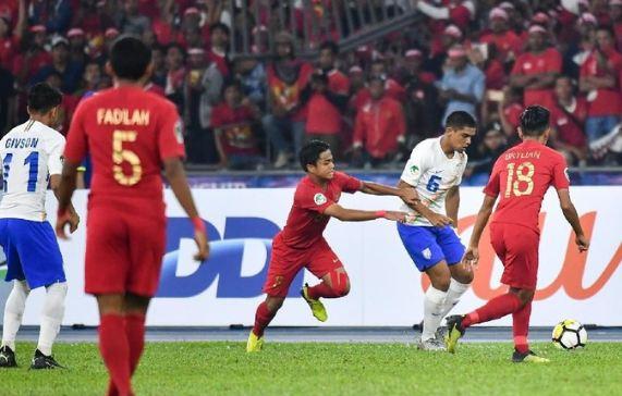 Timnas U-16 Indonesia saat berhadapan dengan Timnas India.