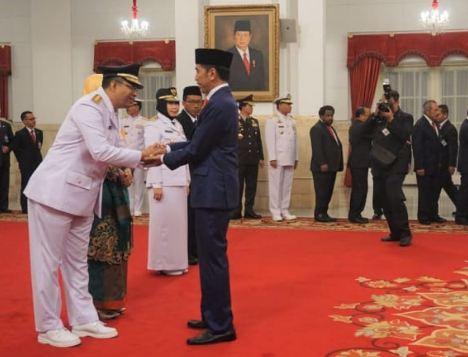 Presiden Jokowi ucapkan selamat kepada Gubernur NTB.