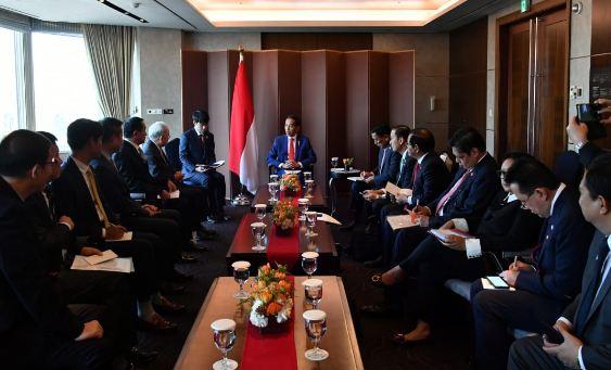 Presiden Jokowi saat mengadakan pertemuan dengan para pemimpin perusahaan Korea Selatan.