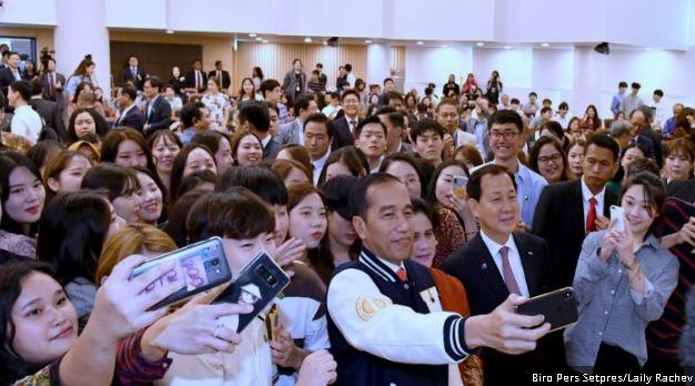 Presiden Joko Widodo dan Ibu Negara Iriana Joko Widodo berswafoto bersama mahasiswa di Hankuk University of Foreign Studies (HUFS), Seoul, Korea Selatan, pada Selasa (11/9/2018).
