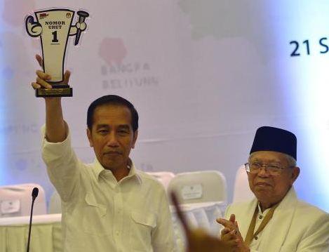 Calon Presiden Joko Widodo menunjukan nomor urut di kantor KPU, Jakarta, Jumat (21/9).