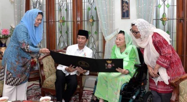 Presiden Joko Widodo saat bersilaturahmi dengan Ibu Sinta Nuriyah dan keluarga pada haul Gus Dur, hari Jumat 7/9.