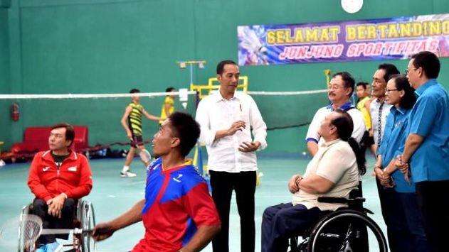 Presiden Joko Widodo (Jokowi) meninjau persiapan para atlet pelatnas bulutangkis dan tenis Indonesia yang akan berlaga di ajang Asian Para Games 2018 di Hartono Trade Center, Kabupaten Sukoharjo, Jawa Tengah, Sabtu (15/9/2018). (Dok. Biro Setpres)