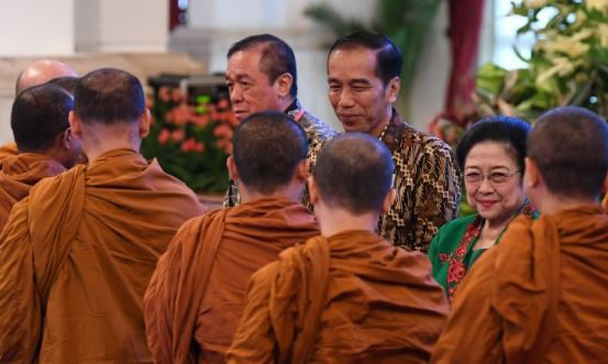 Presiden Joko Widodo (tengah) didampingi Presiden mantan presiden Megawati Soekarnoputri (kanan) dan Ketua Persatuan Umat Budha Indonesia (Permabudhi) Arief Harsono (kiri).