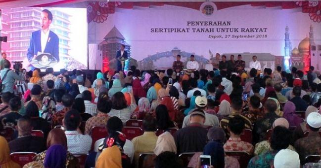 Presiden Jokowi saat serahan sertifikat tanah kepada warga di Lapangan RRI, Depok, Jawa Barat.