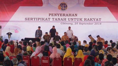 Presiden Jokowi pidato di Penyerahan Sertifikat Tanah untuk Rakyat di Stadion Pakansari, Cibinong.