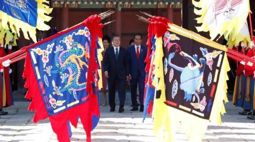 Presiden Jokowi saat di sambut ala raja Korea Kuno.
