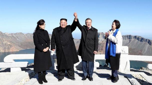 Kim Jong-Un dan Moon Jae-In, bersama istri masing-masing, saat ada di puncak Gunung Paektu (Pyeongyang Press Corps/Pool via REUTERS)