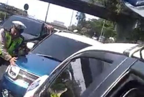 Mobil Perempuan penerobos konvoi Jokowi.