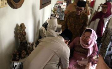 Prabowo saat cium tangan Sinta Nuriyah Wahid.