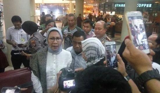 Ratna Sarumpaet saat di Bandara Hang Nadim Batam.