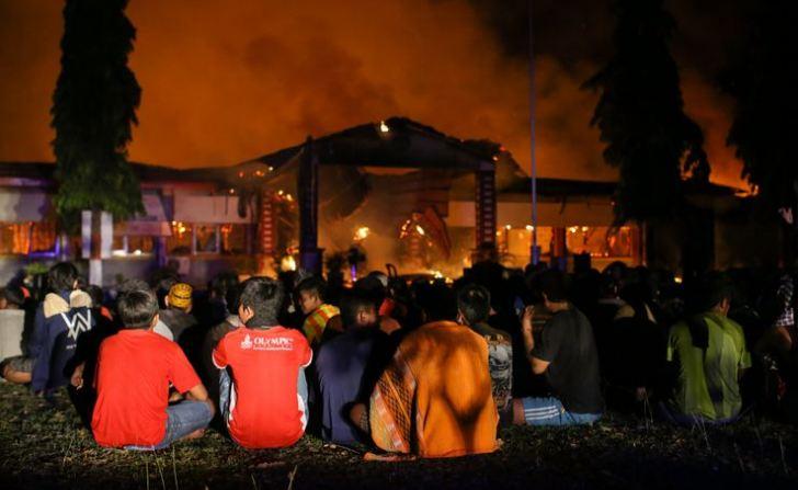 Narapidana dan tahanan dikumpulkan di halaman saat terjadi kebakaran di Rumah Tahanan Donggala, Sulawesi Tengah, Minggu (30/9/2018) pasca kerusuhan tahanan.