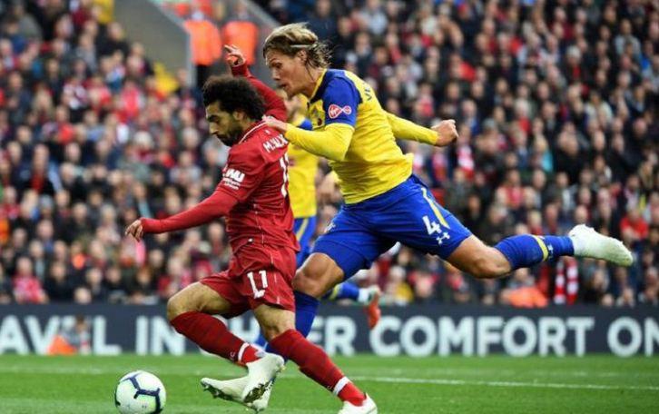 Jannik Verstergaard (kuning) mencoba menahan laju Mohamed Salah dalam pertandingan Liverpool vs Southampton pada lanjutan Premier League di Stadion Anfield, 22 September 2018.