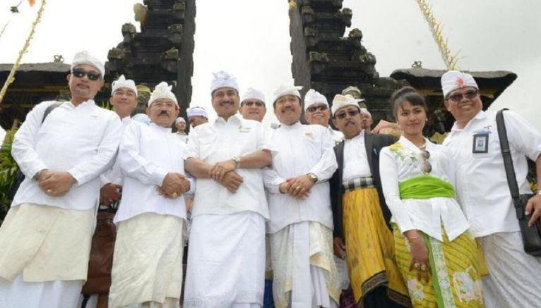 Menteri Pariwisata Arief Yahya (tengah) saat kunjungan ke Pura Besakih. (dok Kemenpar)