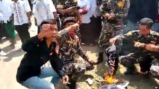 Oknum Barisan Ansor Serba Guna Nahdlatul Ulama membakar bendera yang dinilai sebagai atribut HTI. )Facebook/Cep Herman Syah)