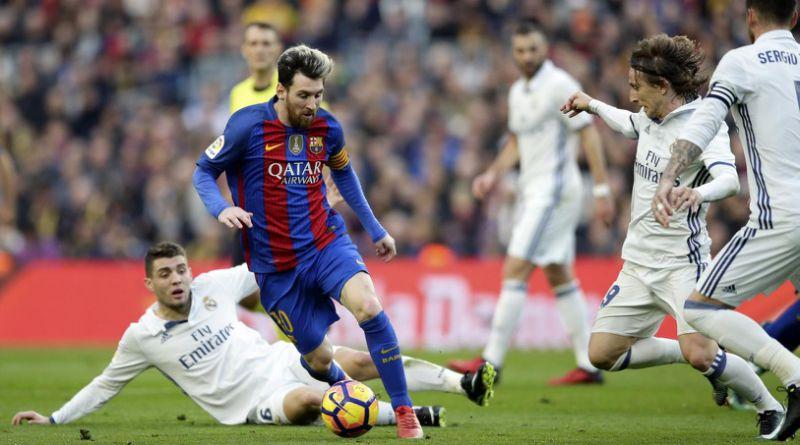Pemain Madrid saat mencoba menghalangi Messi.