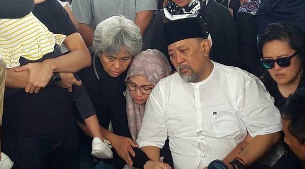 Indro Warkop Pangil Nama Istrinya saat Pemakaman.