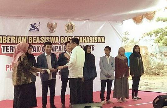 Presiden Jokowi saat berikan beasiswa kepada Mahasiswa di Lombok Tengah.