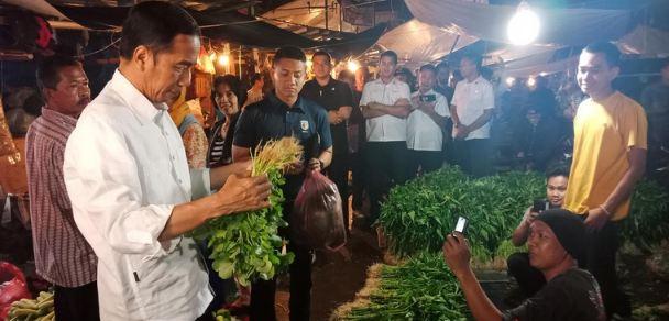 Presiden Jokowi dan Wali Kota Bogor Bima Arya blusukan dan beli sayur di pasar.