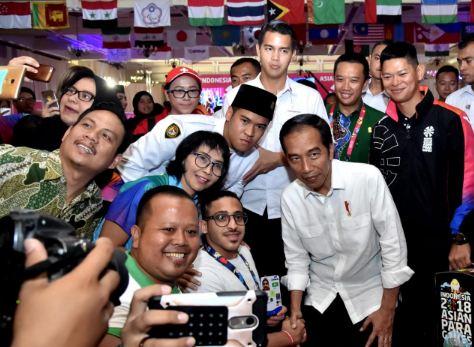 Presiden Jokowi berfoto bersama para atlet saat meninjau pertandingan Asian Para Games.