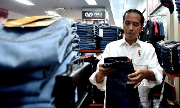 Presiden Jokowi saat beli celana di Mall kota Padang.