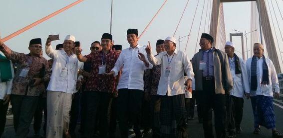 Jokowi di tol Suramadu.
