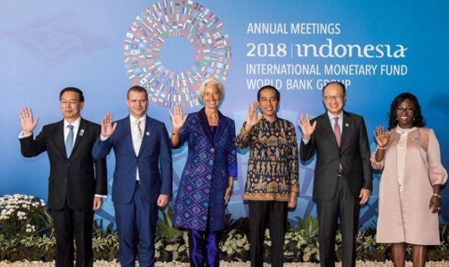 Presiden Joko Widodo (ketiga kanan) bersama Direktur Pelaksana IMF Christine Lagarde (ketiga kiri), Presiden Grup Bank Dunia Jim Yong Kim (kedua kanan) dan Ketua Pleno Pertemuan Tahunan IMF World Bank Group Petteri Orpo (kedua Kiri) foto bersama sebelum Rapat Pleno Pertemuan Tahunan IMF - World Bank Group 2018 di Bali Nusa Dua Convention Center, Nusa Dua, Bali, Jumat (12/10).
