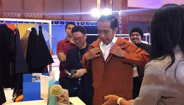 Jokowi saat membeli jaket lokal di Idea Fest 2018.