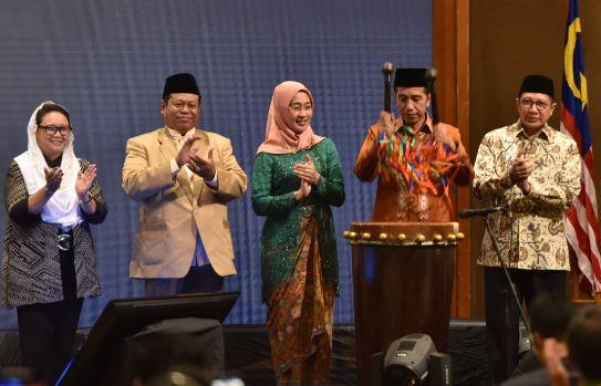 Presiden Jokowi memukul bedug sebagai tanda pembukaan the International Young Muslim Women Forum 2018.