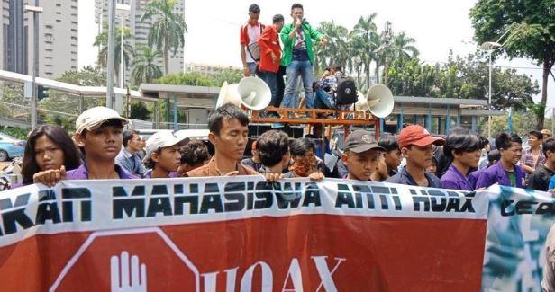 Massa mahasiswa demo di depan Mapolda Metro Jaya,