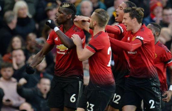 Para pemain Manchester United merayakan gol Paul Pogba ke gawang Everton.
