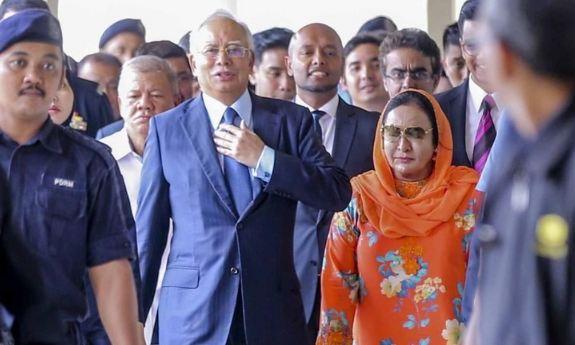 Najib Razak dan Rosmah Mansor saat meninggalkan pengadilan Kuala Lumpur.