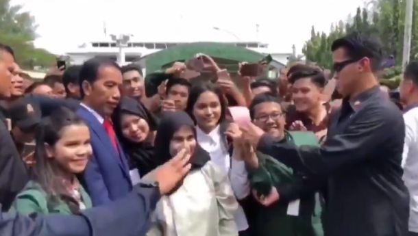 Paspampres melarang pose 2 jari di depan Jokowi.