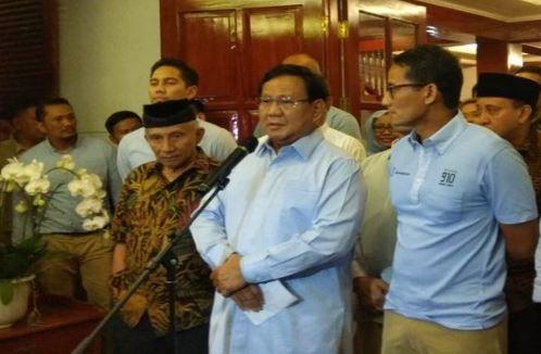 Calon Presiden dan Wakil Presiden nomor urut 02 Prabowo Subianto (tengah) dan Sandiaga Uno (kanan) didampingi Dewan Penasehat BPN Amien Rais (kiri) memberikan keterangan pers mengenai berita bohong penganiayaan Ratna Sarumpaet.