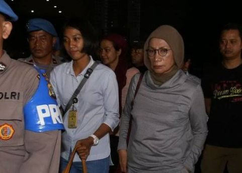 Ratna Sarumpaet saat diamankan di Bandara Soetta.