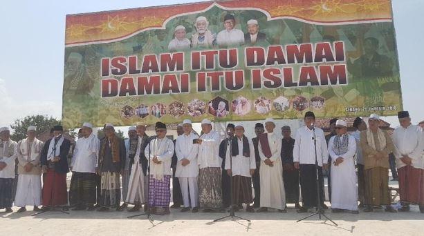 Aksi damai Ulama se-Banten tolak provokasi pembakaran bendera HTI.