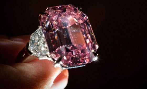 Berlian langka berwarna merah muda terjual senilai US$ 50 juta atau sekitar Rp 737 miliar.