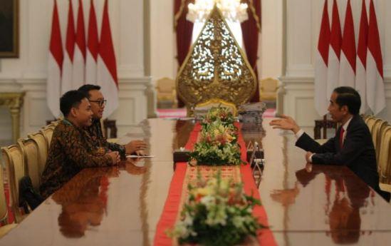 Presiden Jokowi saat terima Eko Yuli Irawan di Istana Negara.