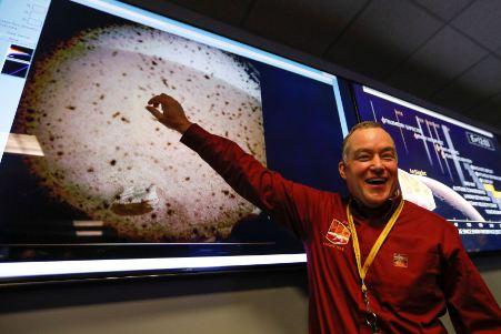 Foto pertama yang dikirimkan InSight. Foto: Reuters