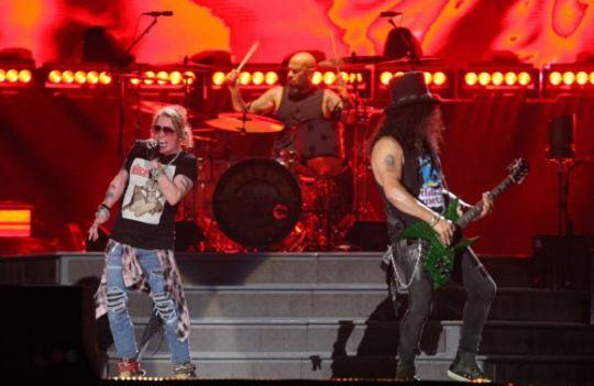 Aksi panggung Guns N Roses di GBK.