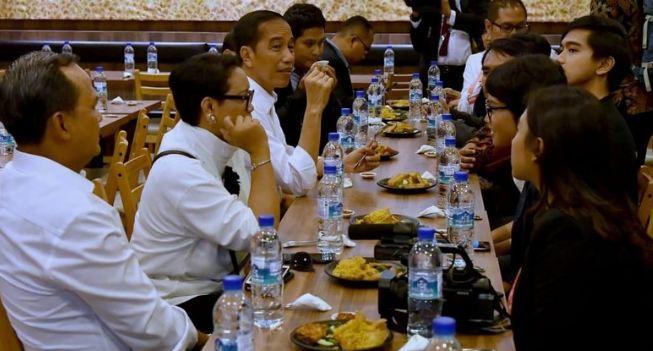 Presiden Jokowi saat makan siang di Singapura.