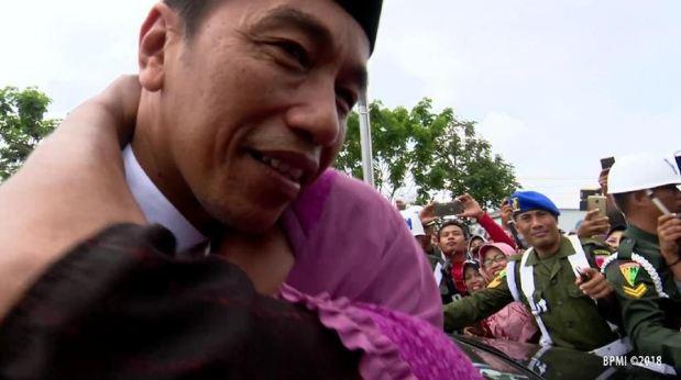 Momen saat Presiden Jokowi di peluk seorang nenek di Lamongan.