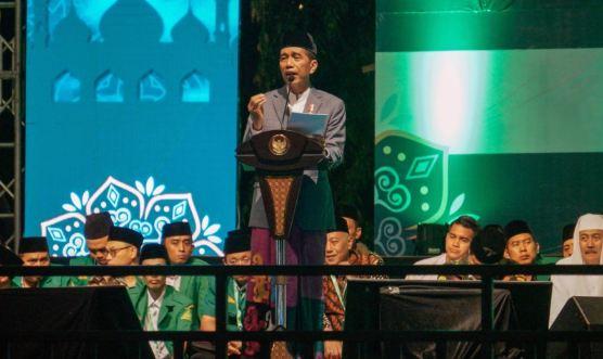 Presiden Joko Widodo (tengah) menyampaikan sambutan saat menghadiri peringatan Maulid Nabi Muhammad SAW di Pekalongan.