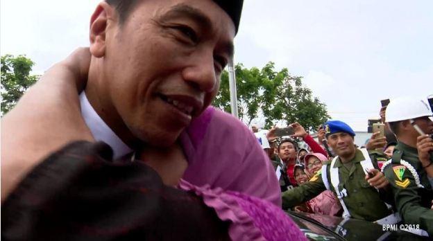 Jokowi saat di peluk nenek di Lamongan.