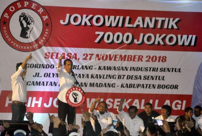 Calon Presiden nomor urut 01 Joko Widodo (kedua kiri) memberikan pengarahan dalam acara Jokowi Lantik 7000 Jokowi di kawasan industri Sentul, Babakan Madang, Kabupaten Bogor, Jawa Barat, Selasa (27/11/2018).