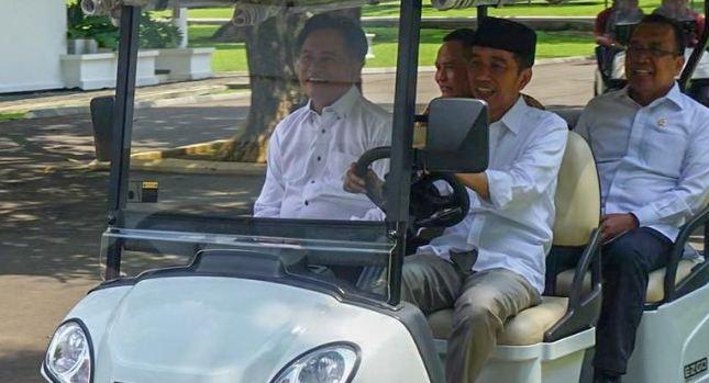 Presiden Jokowi saat nyopirin Ysuril di Istana bogor.